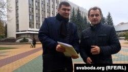 Анатоль Лябедзька (справа) і Ўладзімер Вуек каля берасьцейскага гарвыканкаму
