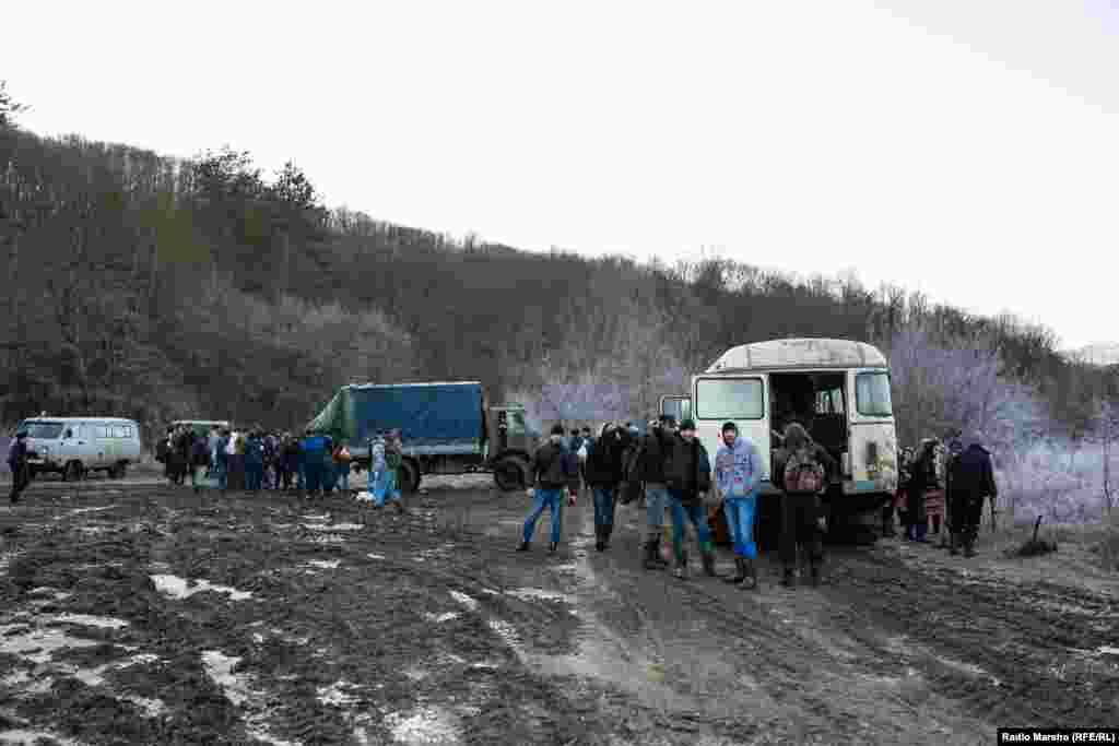 Помимо покупки разрешения, сборщики ежедневно платят 30 рублей ($0,4) водятелям автобусов, которые отвозят их в отдаленные леса