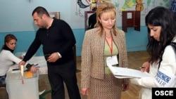 ԵԱՀԿ/ԺՀՄԻԳ-ի դիտորդը (աջից) Հայաստանի 2007 թվականի մայիսի 12-ի խորհրդարանական ընտրությունների ժամանակ