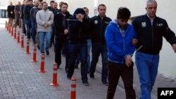 تعدادی از بازداشتشدگان متهم به طرفداری از فتحالله گولن در ترکیه (عکس از آرشیو)