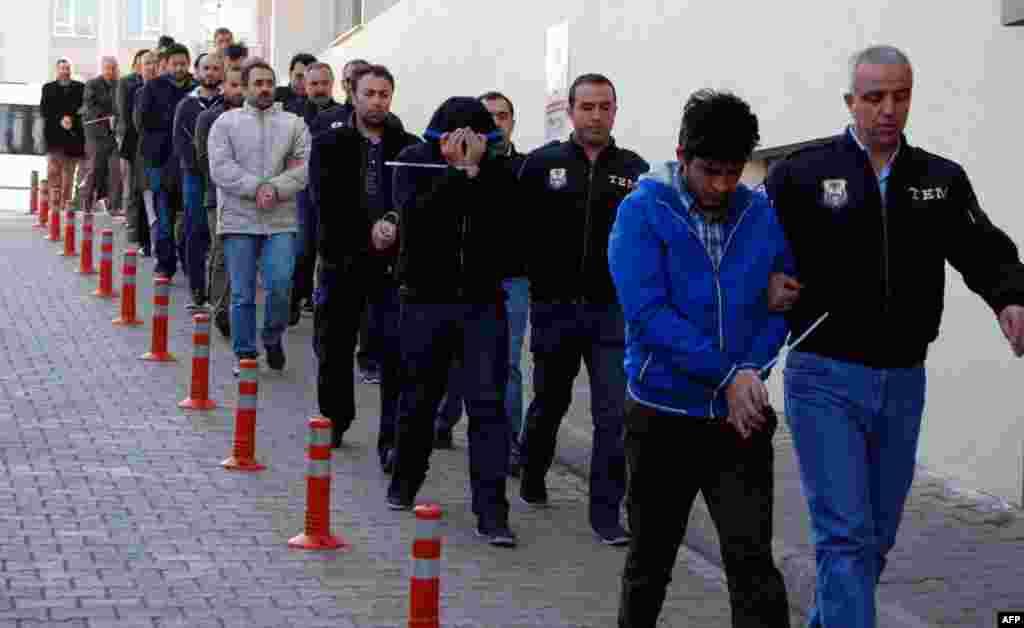 ТУРЦИЈА - Турските власти наредија притвор за 414 лица, главно воени лица, под сомнение за врски со мрежата за која Анкара вели дека го организирала неуспешниот пуч во 2016 година, соопштија обвинителите и државните медиуми, пренесе Ројтерс.