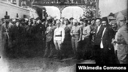 Kirov və Ordjonokidze Bakı dəmiryol vağzalında, 28 aprel 1920