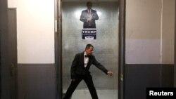 Працівник зачиняє двері вантажного ліфта у хмарочосі «Трамп-тауер» на Мангеттені в Нью-Йорку, літо 2016 року
