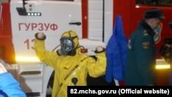 Детей из лагеря «Артек» учат надевать костюмы радиационной и химической защиты, Гурзуф, 2 февраля 2018 года