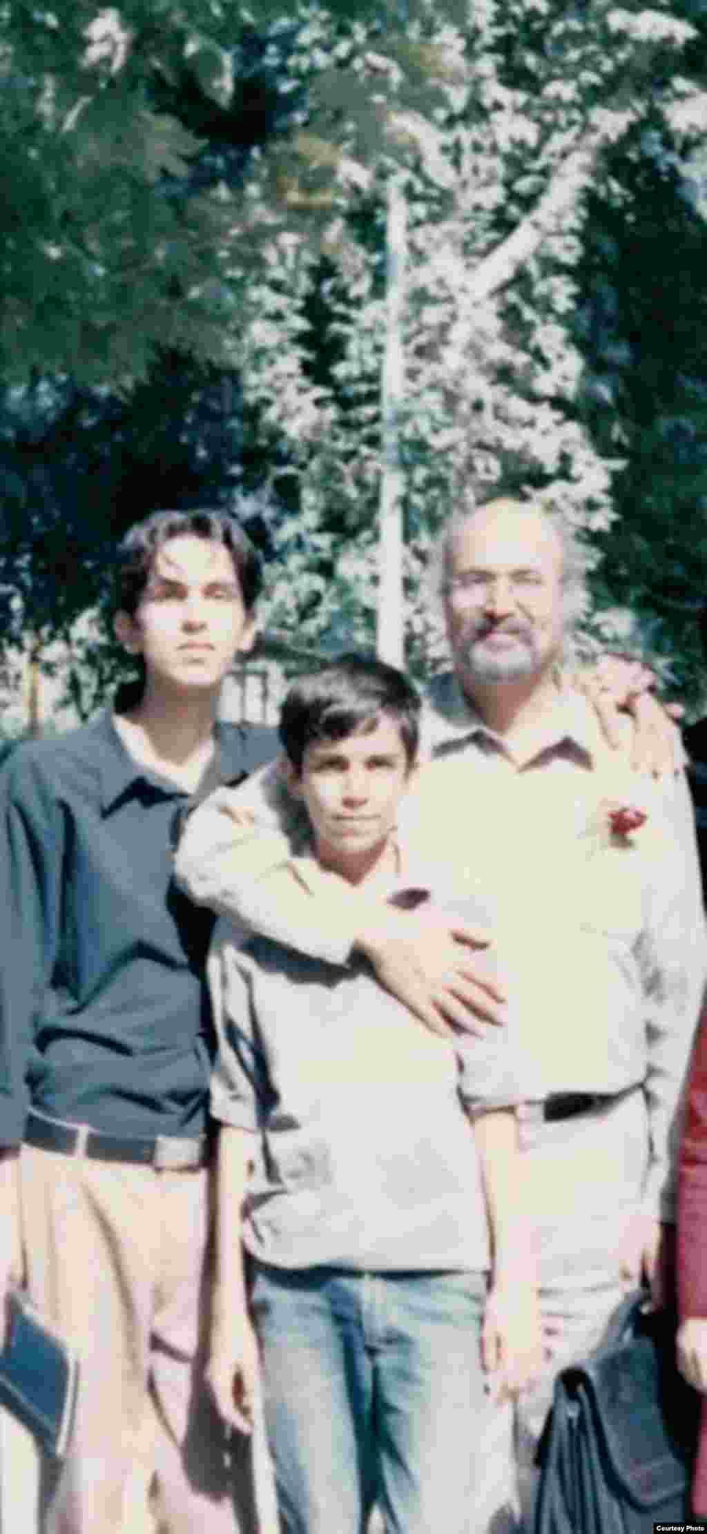 فرهنگسرایی در تهران به همراه برادر کوچکتر و عبدالرضا رادفر، شاعر و منتقد؛ سال ۱۳۸۴ که اولین کتاب پیام منتشر میشود.