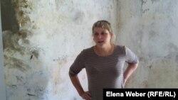 Сәуір айында болған су тасқынынан үйі бүлінген Чкалово тұрғыны Анна Фомич. Қарағанды облысы, 9 маусым 2015 жыл.