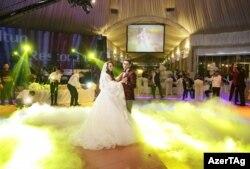 В последние годы на узбекских свадьбах новобрачные исполняют вальс.