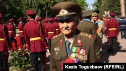 Жеңіс күні 28 панфиловшылар саябағына келген соғыс ардагері. Алматы, 9 мамыр 2013 жыл. (Көрнекі сурет)