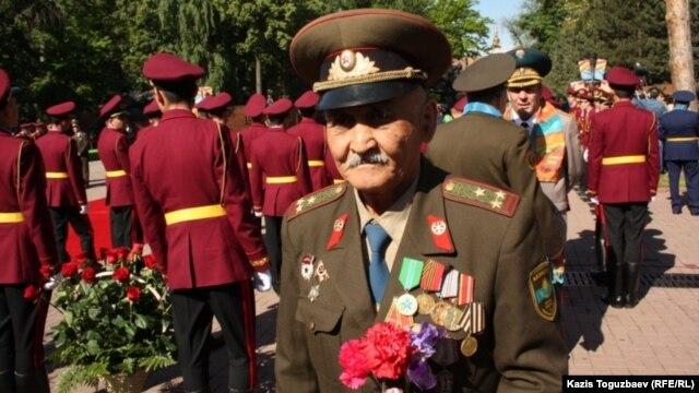 Ветеран в День Победы в Парке имени 28 гвардейцев-панфиловцев. Алматы, 9 мая 2013 года. Иллюстративное фото.