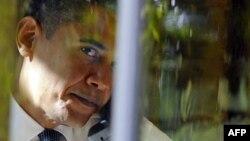 Barack Obama duke folur me telefon në zyrën e tij në Shtëpinë e Bardhë
