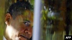 Барак Обама разговариват по телефону в своем рабочем кабинете в день, когда объявили о присуждении ему Нобелевской премии.