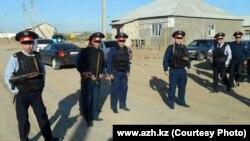 Полиция на месте проведения спецоперации в пригороде Атырау. 21 сентября 2012 года.
