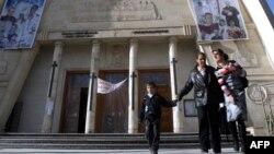 مسيحيون يغادرون كنيسة سيدة النجاة ببغداد