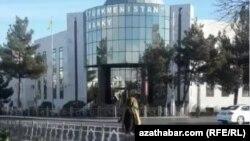 Журналисты пытались связаться с «Сенагат банком», банком «Туркменбаши», но не добились комментариев.