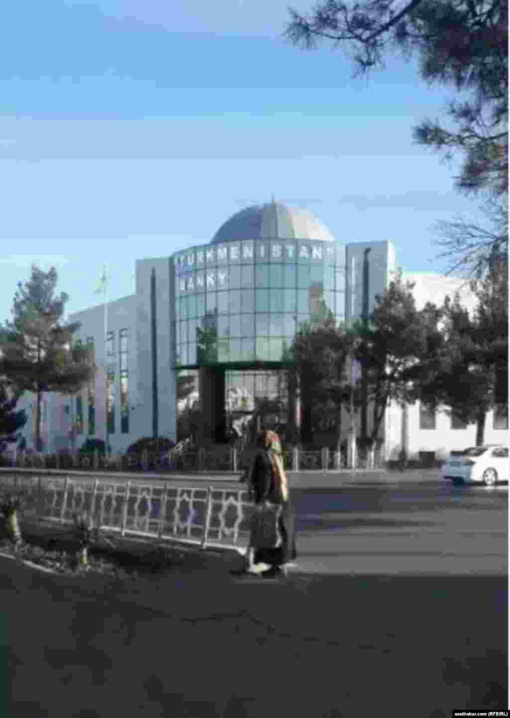 """Aşgabatdaky """"Türkmenistan"""" banky"""