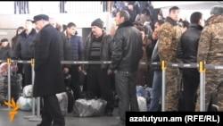 Հայաստան - Ռուսաստան արտագնա աշխատանքի մեկնողները օդանավակայանում, Երևան, 11-ը նոյեմբերի, 2014թ․