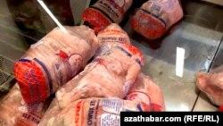 В Туркменистане временами невозможно приобрести такие виды продуктов, как куриные окорочка и яйца.