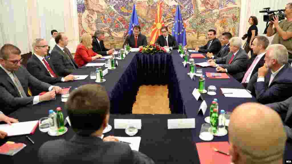 МАКЕДОНИЈА - На денешната лидерска средба кај шефот на државата, Стево Пендаровски, постигнат е консензус за одлука за одложување на изборите, кои би се одржале кога ќе има нормална состојба и минимум услови за изјаснување на граѓаните, што сега е невозможно поради ситуацијата со коронавирусот.
