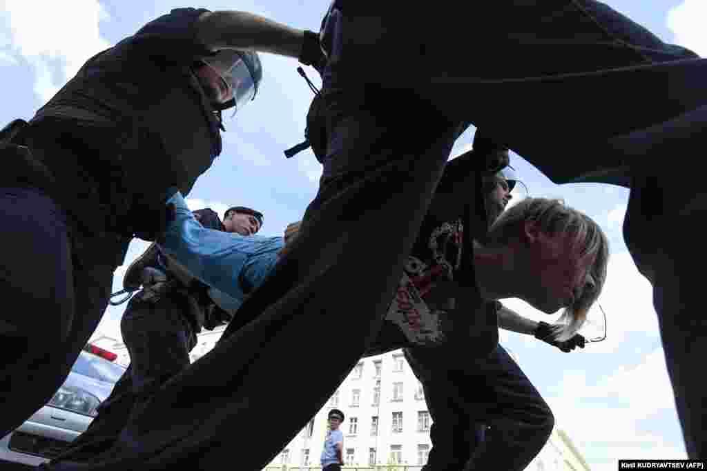 Пушкин алаңы маңында полиция көп адамды ұстады.