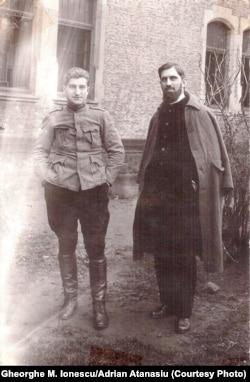 Prizonieri români la Krefeld, Germania, aprilie 1918. Gheorghe M. Ionescu în stânga