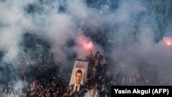 شادی طرفداران اکرم اماماوغلو نماینده حزب اپوزیسیون «جمهوری خلق» پس از اعلام نتایج انتخابات استانبول.