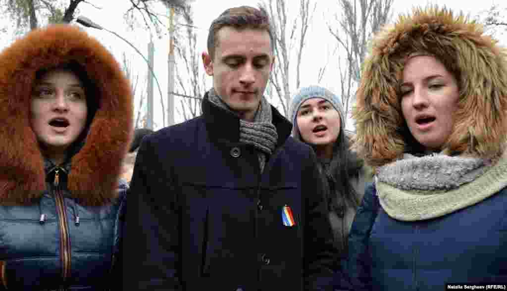 Câțiva tineri au intonat imnul Republicii Moldova, în semn de protest față de prezența de trupe militare ruse de pe teritoriul din stânga Nistrului.