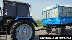 Pagta daşaýan traktor. Illýustrasiýa suraty