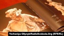 Альбом з фотографіями робіт Пінзеля