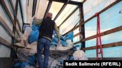 Slaganje izbornog materijala u dostavno vozilo