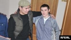 Алқа билер соты ақтап шыққан Махамбет Шолақов пен Роман Вознюк. Атырау, 21 қазан, 2009 жыл.