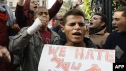 """Демонстранттардын бул плакатында """"Мубарак, биз сени жек көрөбүз"""" деп жазылган. Каир, 27-январь, 2011-жыл."""
