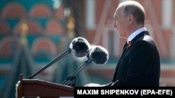 Президент Росії Володимир Путін виступає під час параду у Москві. 9 травня 2018 року