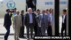 استیون اوبرین، هماهنگکننده امور انسانی سازمان ملل (نفر وسط)، در سفر به صنعا در مهرماه امسال