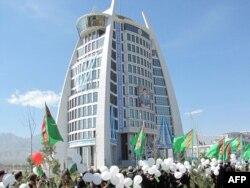 Aşgabatda täze bir binanyň açylyş dabarasy.