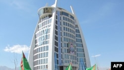 Aşgabatda bir wagtrakda gurlan ýedi uly binanyň biri. 1-nji aprel, 2011.