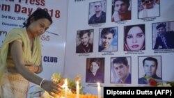 خبرنگاری در هند به احترام ۱۰ خبرنگاری که دهم اردیبهشت امسال در کابل کشته شدند شمع روشن میکند.