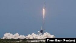 SpaceX успешно вывел человека в космос