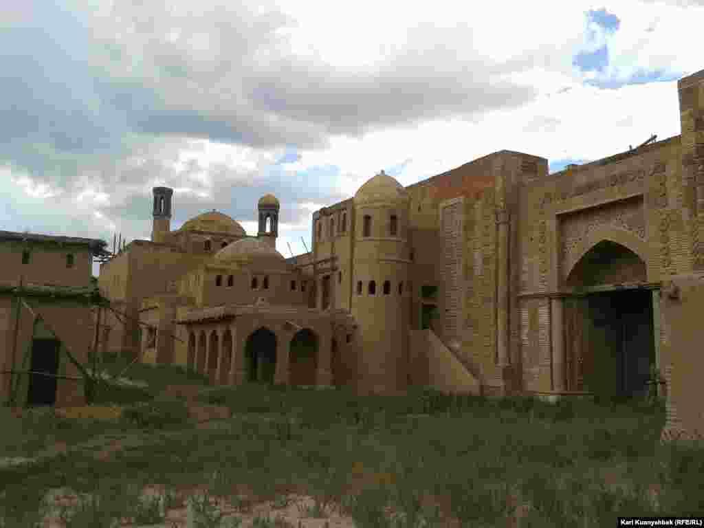 Другие здания внутри «города».