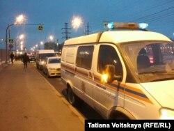 Минути след инцидента в района пристигат линейки и пожарни коли