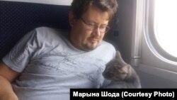 Андрэй Хадановіч з Муркай. Фота: Марына Шода