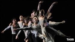 """Сцена из """"Симфонии псалмов"""" - одноактного балета Иржи Киллиана"""
