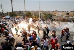 Ізраїльські правоохоронці розганяють кидачів каміння біля Старого міста Єрусалима, 21 липня 2017 року