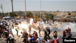 Palestinezët duke ikur pasi policia izraelite dje hodhi gaz lotsjellës kundër tyre në Jerusalem