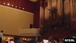 Оркестр Екатеринбурга китәр алдыннан анда уйныйсы әсәрләрне кабатлады.