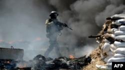 Украин аскерлери Словянскиге кире бериштеги тосмолордон өтүп жатат, 24-апрель, 2014