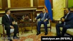 Премьер-министр Армении Овик Абрамян принимает министра транспорта и связи России Максима Соколова, 25 июня 2015 года