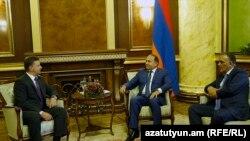 Ռուսաստանի տրանսպորտի նախարար Մաքսիմ Սոկոլովը, Հայաստանի տրանսպորտի նախարար Գագիկ Բեգլարյանը կառավարությունում՝ վարչապետի հետ հանդիպման ժամանակ, 25-ը հունիսի, 2015թ.