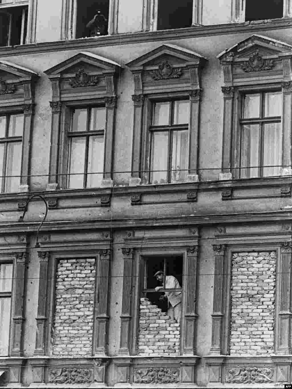 Prozori na zgradama u blizini zida su zazidani - 14.08.1961.