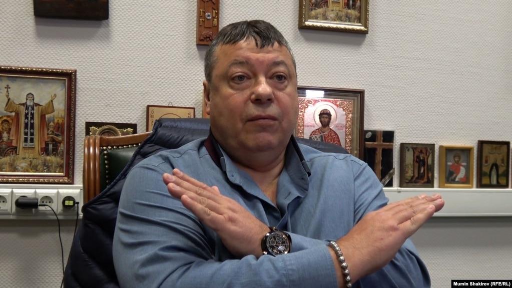 Предприниматель Сергей Михайлов в своем рабочем кабинете