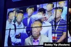 Қоғам қауіпсіздігі көрмесі кезінде адамның бет-жүзін танитын технологияны сынақтан өткізу. Қытай, 2017 жыл.